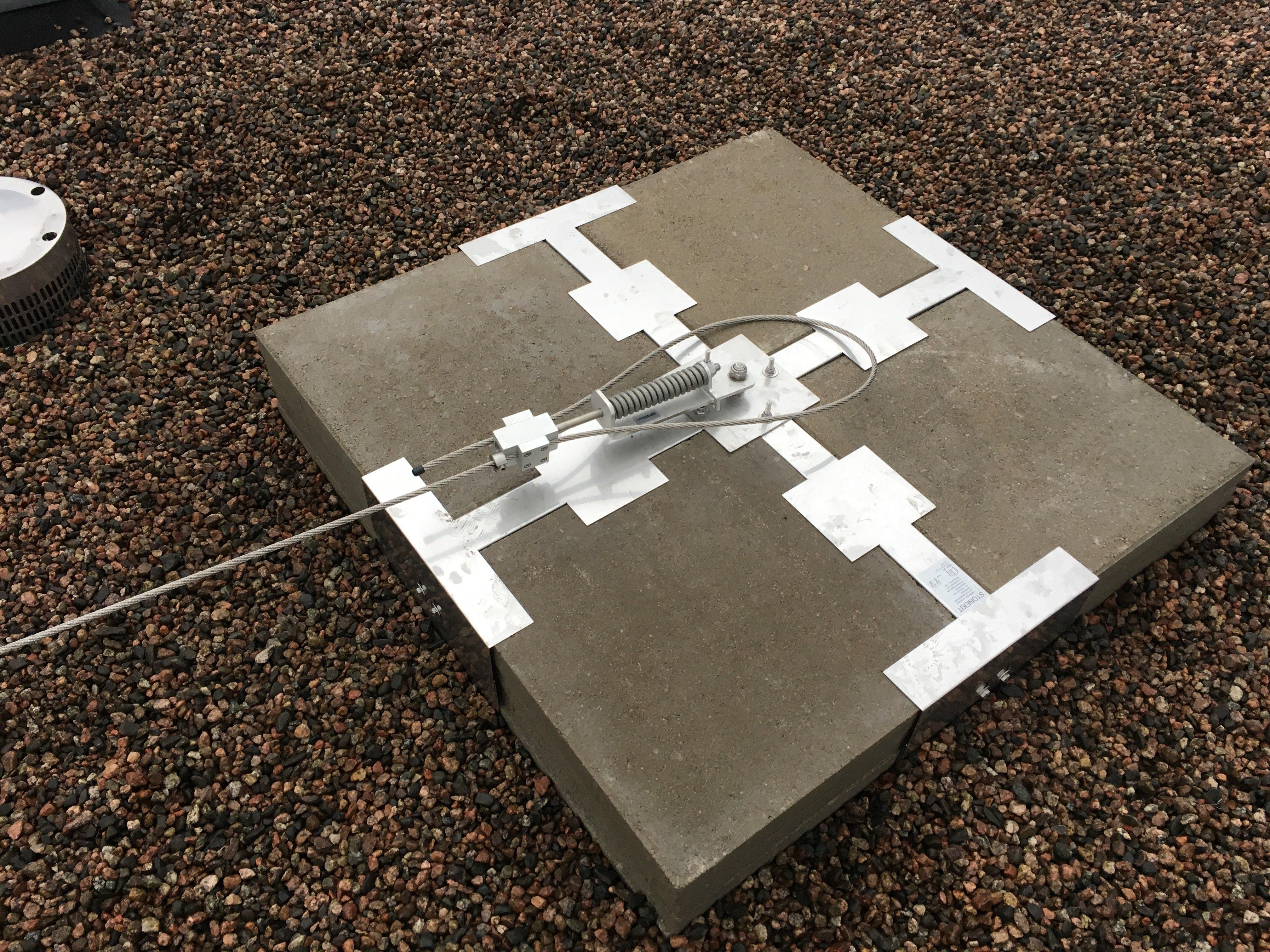 Stonekit vastapainopollariin voi kiinnittää turvalaitteet tasakatolla